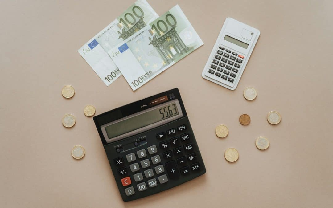 Taschenrechner mit Euro Geld daneben